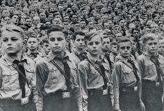 De Duitse jeugd moest zo taai zijn als leer en zo hard als het staal van Krupp, vond Hitler. Alle jongens moesten daarom lid worden van de Hitlerjugend, waar miljoenen kinderen gehersenspoeld werden. Toen het oorlog was, stuurde Hitler ze zonder pardon naar het front.