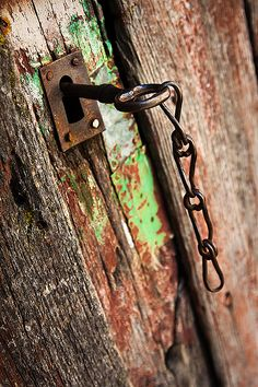 Una llave en una puerta vieja, de madera. En Tameirón, una aldea de Ourense, Galicia.