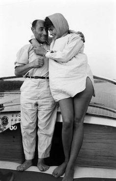 Sophia Loren i Życie za fotografa Eisenstaedt podczas żeglugi wypadu u wybrzeży Neapolu.  Nie była całkiem 27 lat w tym czasie.