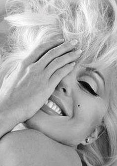 M A R I L Y N Marylin Monroe, Estilo Marilyn Monroe, Marilyn Monroe Artwork, Marilyn Monroe Portrait, Marilyn Monroe Quotes, Marilyn Monroe Makeup, Hollywood Glamour, Classic Hollywood, Old Hollywood