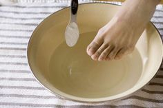 Sodium bicarbonate is an ideal exfoliant removing dead cells and stimulating skin regeneration. Homemade Foot Soaks, Diy Foot Soak, Baking Soda Face Scrub, Baking Soda For Hair, Listerine, Best Callus Remover, Foot Soak Recipe, Anti Itch Cream, Exfoliant