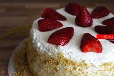 La torta di fragole è una soffice golosità primaverile che celebra questo delizioso frutto. Bella e deliziosa è ideale anche come torta per una festa.