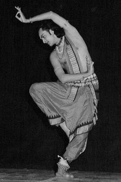 this classical Indian male dancer shows the vigorous athleticism flexibility and suppleness required to perform the dance Belly Dance Music, Tribal Belly Dance, Isadora Duncan, Baile Jazz, La Bayadere, Indian Classical Dance, Shall We Dance, Dance Poses, Music Film