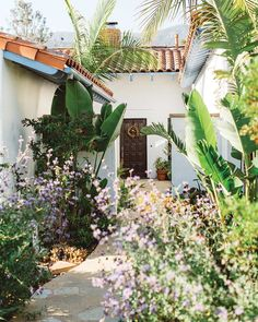 This California homeowner understands the importance of growing things that flourish in the local climate. What's growing in your garden? (📸: Emily Reiter and Rhianna Mercier, Floral design by Margaret Joan Florals) Small Backyard Patio, Tropical Backyard, Backyard Ideas, Garden Ideas, Garden Cottage, Rose Cottage, California Garden, Modern Cottage, Replant