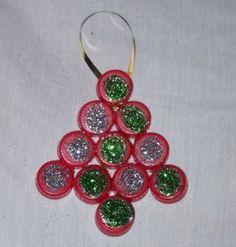 Decorazioni di natale fai-da-te: l'albero con i tappi delle bottiglie di plastica