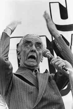 Jânio Quadros discursa em evento como prefeito de São Paulo, em 1988. A curiosa imagem ganhou destaque nas capas dos jornais no dia seguinte
