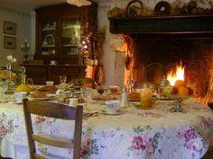 Table de petit déjeuner et cheminée à Riberac en Perigord ( Dordogne )