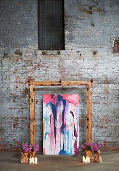 Inspiración industrial brillante con una salpicadura de la pintura ceremonia de boda Telón de fondo