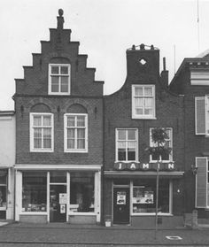 ■ Twee 17de-eeuwse gevels aan de Voorstraat 52 en 54 te Vianen, opname 1982 - Boek Catharina van Groningen via DBNL