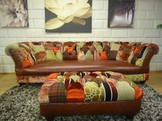 Chesterfield Sofa mit Leder-Sitzfläche und geknöpfter Rückenlehne im Patchwork-Stil.  www.kippax-sofas.de