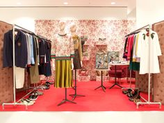 """DOVER STREET MARKET, Ginza,Japan, """"Every inch of the room along with the Elephant sculpture has been wholly covered with the Geranium Blooms print pattern"""", pinned by Ton van der Veer Elephant Room, Dover Street Market, Elephant Sculpture, Cruise Collection, News Space, Gucci Fashion, Italian Fashion, Visual Merchandising, Best Brand"""