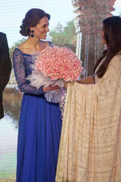 """Kate Middleton, duchesse de Cambridge (en robe Jenny Packham) et le prince William avec Aishwarya Rai et le """"roi de Bollywood"""" Shah Rukh Khan le 10 avril 2016 au Taj Palace Hotel à Mumbai au premier soir de leur visite officielle en Inde, lors d'un gala organisé par la British Asian Foundation."""