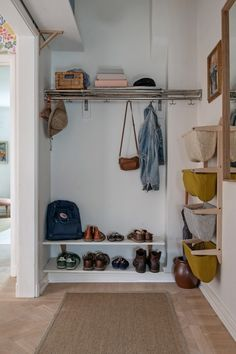 Mudroom Ideas – A mudroom may not be a very essential part of the house. Smart Mudroom Ideas to Enhance Your Home Hallway Inspiration, Interior Inspiration, Apartment Design, Apartment Living, Neat And Tidy, Small Room Bedroom, Scandinavian Interior, Mudroom, Interior And Exterior