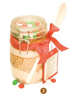 Christmas cookies in a jar, love the wooden spoon as a little extra!
