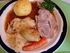 Rezept: Bayerischer Schweinebraten mit Knödel und Sauerkraut