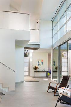 A Net-Zero Energy House in Santa Monica, California by Architect Buzz Yudell, of Moore Ruble Yudell Interior Architecture, Interior And Exterior, Decor Interior Design, Furniture Design, Jean Prouve, Santa Monica California, Transitional Living Rooms, Contemporary Interior, Living Room Interior