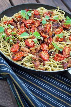 Spagetti, oreganopesto, paahdetut kirsikkatomaatit ja vekoni.