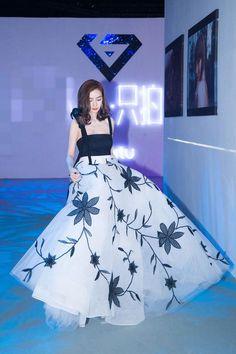 Kpop Fashion Outfits, Star Fashion, Fashion Dresses, Elegant Dresses, Pretty Dresses, Angelababy, Fairytale Dress, Beauty Full Girl, Cute Casual Outfits