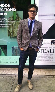 Richelieu, jeans, chemise col boutonné, cravate et veste pied de poule