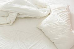 Découvrez pourquoi les oreillers jaunissent et comment les laver et les rendre blancs au lavage, avec une recette de détergent facile.