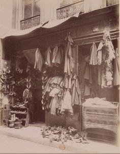 Un brocanteur de la rue des Anglais, vers 1910. Une photo d'Eugène Atget  (Paris 5ème)