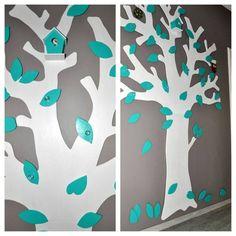 Garderobe Die Blätter und den Baum auf 2 Leimholzplatten aufmalen, aussägen und dann mit Buntlack anmalen. Die Knöpfe sind vom IKEA und die Platten Standard in 8mm Stärke aus dem Baumarkt. Der Baum ist angeschraubt und die Schrauben mit Blättern verdeckt.