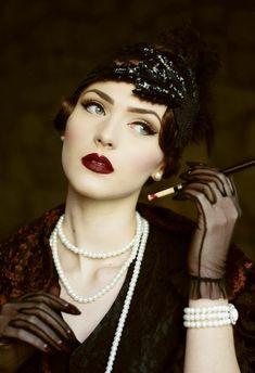déguisement-années-20-robe-sombre-collier-en-perles-gants-en-tulle-bandeau-cheveux-extravagant