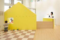 all photos(C)志摩大輔/Nacasa & Partners エマニュエル・ムホーが設計した、親子のための室内遊び場「mama smile」です。 「ママスマイル」は主にショッピングモール内に展開する親子のための室内遊び場。新たなブランドコンセプト「いえが並ぶ小さな街のようなファミリー空間」と店舗デザインを総合的に手掛け、「あそび場」と保育園を隣接させたファミリー向けの複合型施設が水戸に誕生した。ショッピングモール内にいながらも、家にいるような安らぎのある空間創りをしている。 ※以下の写真はクリックで拡大します 以下、建築家によるテキストです。 ********** 「ママスマイル」は主にショッピングモール内に展開する親子のための室内遊び場。新たなブランドコンセプト「いえが並ぶ小さな街のようなファミリー空間」と店舗デザインを総合的に手掛け、「あそび場」と保育園を隣接させたファミリー向けの複合型施設が水戸に誕生した。ショッピングモール内にいながらも、家にいるような安らぎのある空間創りをしている。 あそび場には真っ白なエントランスの壁に子供が描いたような「い...