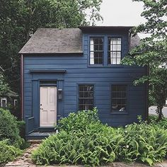 Something about this cute little house in Sag Harbor charms me every time I walk or cycle past it. 🏡😍 The navy blue clapboard, the… Exterior Paint, Exterior Design, Navy House Exterior, Grey Exterior, Cute Little Houses, Building A Shed, Building Plans, House Painting, House Colors