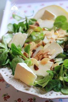 Sałatka z serem pleśniowym, gruszką i prażonymi płatkami migdałów | Tysia Gotuje blog kulinarny