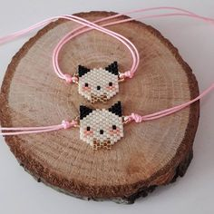 off loom beading Hama Beads Patterns, Jewelry Patterns, Beading Patterns, Bead Jewellery, Beaded Jewelry, Safety Pin Crafts, Seed Bead Crafts, Bead Loom Bracelets, Beaded Animals