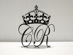 Esta é uma variante das nossas iniciais para topo de bolo, aqui acompanhadas de uma coroa com brilhantes. Personalizável nas letras, côr e tamanho. http://decoclock.net/portfolio/iniciais-em-acrilico-com-coroa/