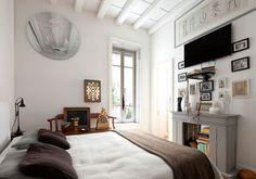 La camera padronale di questa casa di Roma arredata con opere d'arte, ricordi e oggetti personali.