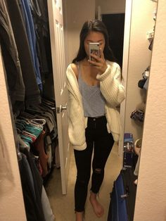 Fashion Teenage Ideas To Look Cool And Fashionable - Fashion Tips - Modetrends Jean Jacket Outfits, Crop Top Outfits, Fall Outfits, Fall College Outfits, Everyday Outfits, Denim Outfits, Trendy Outfits, Black Ripped Jeans Outfit, Jeans Outfit Winter