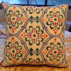 Cojín bordado punto cruz. Simple Embroidery, Beaded Embroidery, Cross Stitch Embroidery, Embroidery Patterns, Quilt Patterns, Cross Stitch Charts, Cross Stitch Designs, Cross Stitch Patterns, Cross Stitch Fruit