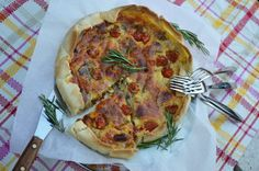 Saclà recipe: Frönsk baka með perum, sveppum og tómötum - Saclà á Íslandi Vegetable Pizza, Vegetables, Recipes, Food, Angelfish, Meal, Food Recipes, Essen, Vegetable Recipes