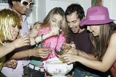 Juegos de fiesta para adultos en interiores | eHow en Español