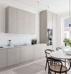 The Best Scandinavian Kitchen Decor Ideas Beige Kitchen, Nordic Kitchen, Minimal Kitchen, New Kitchen, Skandi Kitchen, Minimalistic Kitchen, Kitchen Design Minimalist, Scandinavian Kitchen Cabinets, Minimalist Kitchen Cabinets