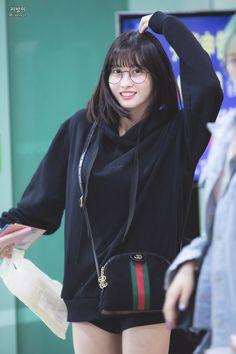 Twice-Momo 180524 Gimpo Airport Kpop Girl Groups, Korean Girl Groups, Kpop Girls, Nayeon, Loona Kim Lip, Sana Momo, Chaeyoung Twice, Hirai Momo, Entertainment