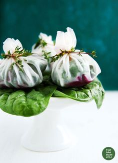 """Rice paper """"pouches"""" with fresh spinach, roasted beetroot and basil-almond pesto. (gluten-free)"""