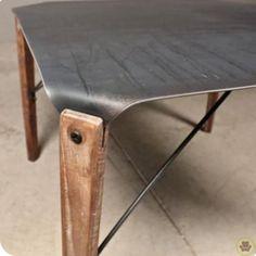 Mesa de chapón y patas de madera