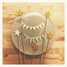 * * 手作りケーキトッパー完成♡ * * 明日はウェディングケーキを頼んでるケーキ屋さんにケーキトッパーを提出することになったので、大急ぎで夕方から作業(⌒-⌒; ) * 毎回何かに追い詰められないと作業に取り掛かれない私。 * やはり1年前から準備始めて正解だったかもしれない(笑) * * 文字を印刷してガーランドフラッグにする作業が案外大変でした… * * でもまずまず満足のいく出来(^ω^) * * #プレ花嫁  #ウェディング  #DIY  #ウェディングケーキ #ケーキトッパー #monisb #marry本ペーパーアイテム