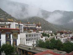 Lhasa | Una excursión más que recomendable es la visita a los Tres Grandes Monasterios, denominados Sera, Ganden y Drepung, siendo este último, uno de los más extensos del mundo. En ocasiones, ha llegado a reunir a más de 10.000 monjes bajo su techo. Si tenemos la fortuna de viajar entre julio y agosto a Lhasa, además, podremos disfrutar del colorido festival Shoton.