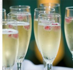 Signature Cocktails: Cranberry Spice Champagne for a winter wedding–This would be perfect (and cheap) if you still wanted to do a winter theme. | best stuff