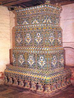 """Печь, облицованная рельефными изразцами. 80-е годы 17 века. Приказная палата. Музей-заповедник """"Коломенское"""""""