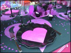 Table de Fête romantique marron chocolat et rose avec formes de coeur. Retrouvez toutes nos idées de déco de table sur notre blog : http://www.boutique-jourdefete.com/blog/actualite-des-magasins/idees-de-decoration-de-table/