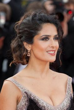 Le chignon bouclé de Salma Hayek Waouh! Meme le maquillage: magnifique! peut etre un peu trop pour moi...