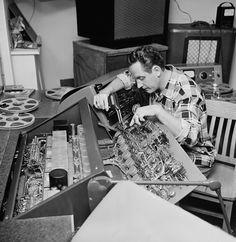 One of my personal heroes: Les Paul. Guitarist extraordinaire, Inventor, Tinkerer, just an amazing man. Les Paul, Multitrack Recording, Recording Equipment, Signature Guitar, The Inventors, Internet Radio, Custom Guitars, Sound & Vision, News Blog