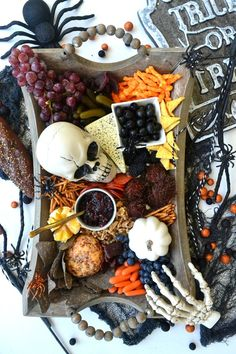 The Ultimate Halloween Charcuterie Board - create a haunting Halloween charcuterie board filled with gnarly snacks to make your spooky celebration great! Halloween Desserts, Buffet Halloween, Entree Halloween, Bonbon Halloween, Postres Halloween, Hallowen Food, Fete Halloween, Halloween Appetizers, Halloween Birthday