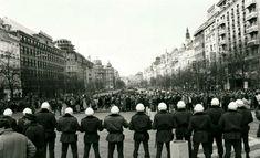 V těchto dnech před třiceti lety příslušníci zásahových jednotek v centru Prahy zmlátili demonstranty, kteří zde celý týden protestovali proti totalitnímu režimu. Nepokoje začaly 15. ledna na výročí upálení Jana Palacha a byly předzvěstí sametové revoluce na sklonku roku. Dolores Park, Street View, Travel, Viajes, Destinations, Traveling, Trips